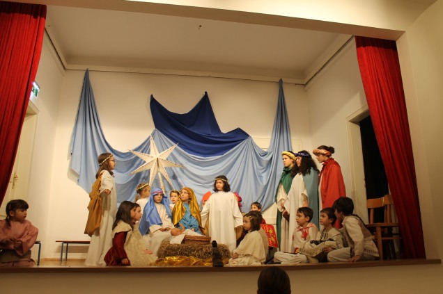 Krippenspiel. Kinder der rumänischen Pfarre Antonius d. Gr. 15. Bez. Regie Patricia Moga Dez. 2016